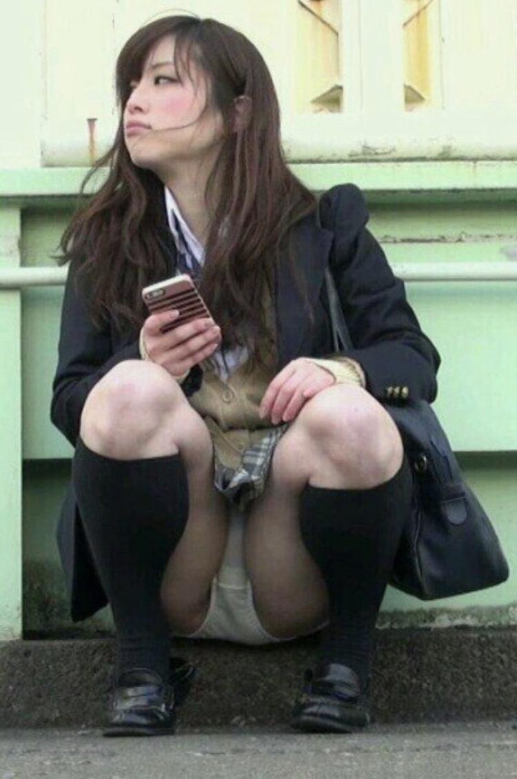 無邪気な女子高生たちのパンチラって可愛いなぁwww街中で盗撮されたしゃがみパンチラ画像 その10