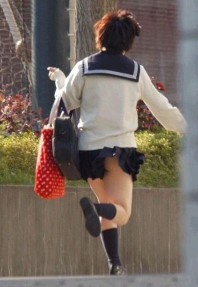 女子高生のお尻まで見えそうなミニスカがドキドキしちゃうほど興奮する!エロ可愛い街撮り盗撮画像 その11