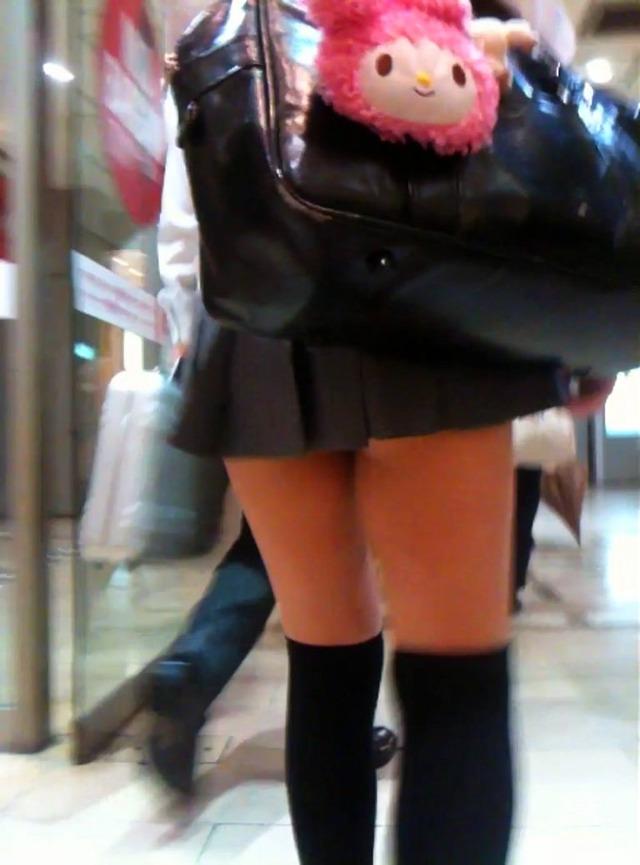 女子高生のお尻まで見えそうなミニスカがドキドキしちゃうほど興奮する!エロ可愛い街撮り盗撮画像 その12