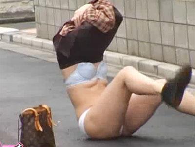 これはちょー興奮!スカートの女性なら回避不可能…突然のイタズラに時が止まるスカートめくり巾着画像 その2
