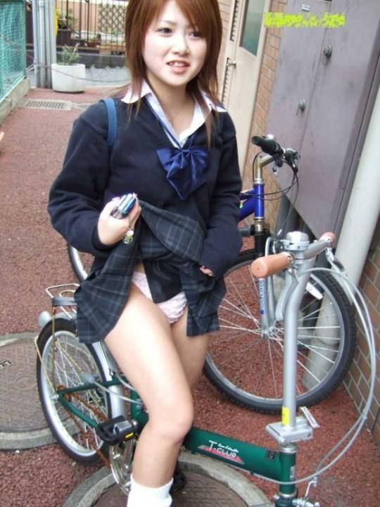 女子高生が恥ずかしそうにスカートをたくし上げ!パンティを見せてくれる仕草に胸キュン♪ちょーシコれるパンチラ画像 その11