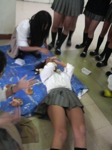 楽しそうな女子高生たちの日常…インスタやTwitterに投稿されたちょっとエッチなおふざけ!同級生と戯れるJKエロ画像 その3