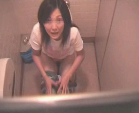 盗撮に気づいて焦る女性の顔がリアル…ガッツリバレてしまったトイレ盗撮画像 その4