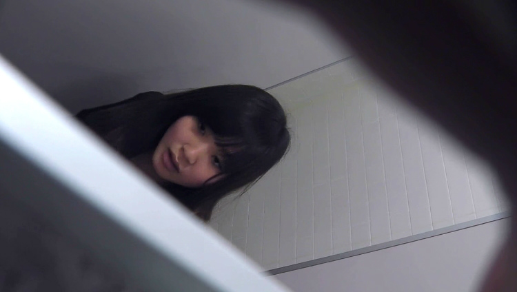 盗撮に気づいて焦る女性の顔がリアル…ガッツリバレてしまったトイレ盗撮画像 その5