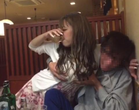 ちょー楽しそうなリア充の飲み会…酔った女の子はパンツが見えてても気にしない飲み会エロ画像 その11
