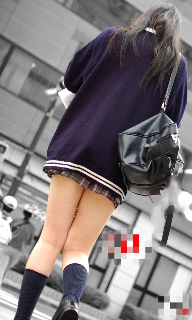 みずみずしさが桁違い!まさに天然娘…ちょー短いスカートがエッチな女子高生の美脚エロ画像 その2