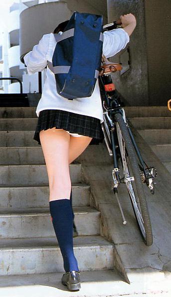 思わず胸キュンする女子高生のパンチラが可愛いぃ!これぞ天然…ちょーリアルなパンチラが写った街撮り画像 その8