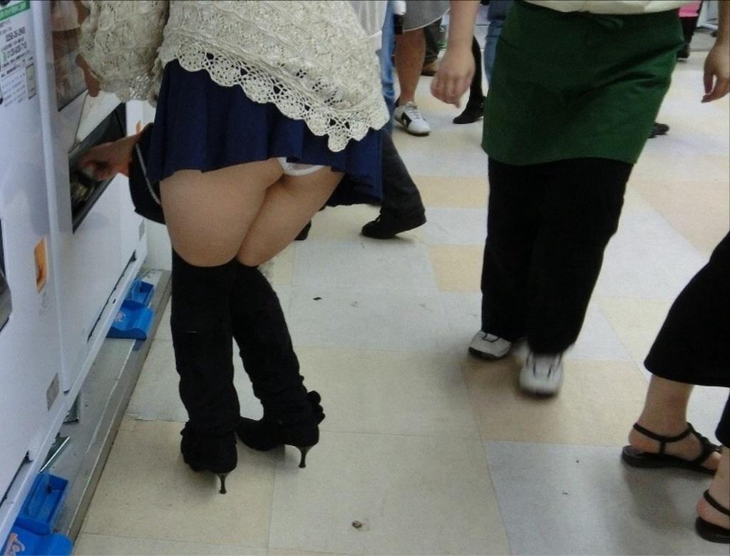 スカートが短いからちょっと前屈みになればパンツまる見え…自販機でうっかりパンチラ撮られた女の子の街撮り画像 その5