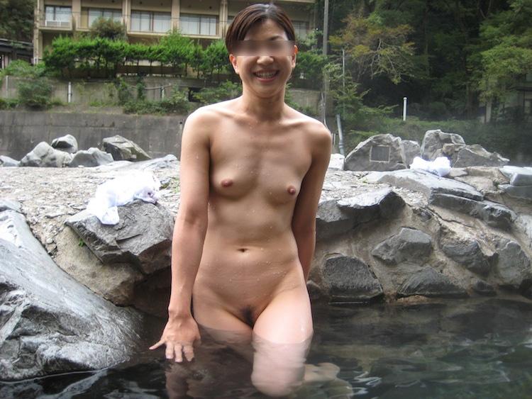 これなら濃厚接触の心配なし!?誰も来なくなった露天風呂ですっぽんぽん!楽しそうに全裸を披露する痴女たちの露天風呂エロ画像 その7