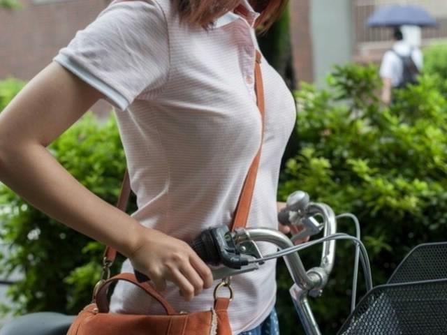 大きな乳房がむにゅ!!無自覚なエロさがたまらない…巨乳娘のパイスラ!かばんを斜めがけした女の子の街撮り画像 その8