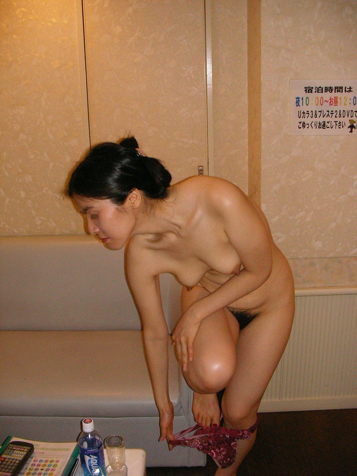 目の前で着替える女の子の裸がエロ過ぎる…何度でもセックスしたくなってくる脱ぎかけエロ画像 その6
