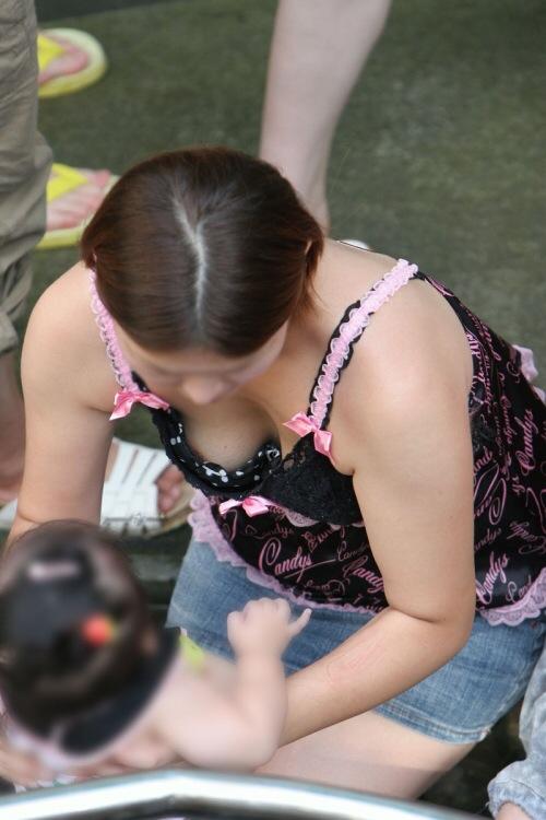 子連れママさんの豊満なおっぱいに見惚れてしまう…産後の乳房がたまらない胸チラ画像 その11