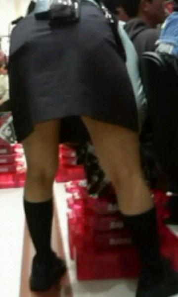 これがパチンカス!自粛なんて一切考えない人間の行動がこちら…店員さんの下半身をこっそり隠し撮りした盗撮エロ画像 その6